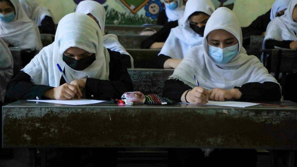 حكومة طالبان تكشف رسمياً عن موقفها من دراسة النساء.. ستسمح لهن بمتابعتها لكن بشرط الفصل بين الجنسين في الفصول الدراسية وإرتداء الحجاب!