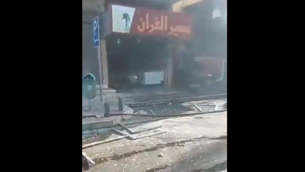 بالفيديو/ صوت إنفجار في صور ترافق مع إندلاع النيران في أحد المباني وتطاير الزجاج إلى الشوارع المحيطة.. والمعلومات الأولية تفيد عن إنفجار مولد كهربائي!