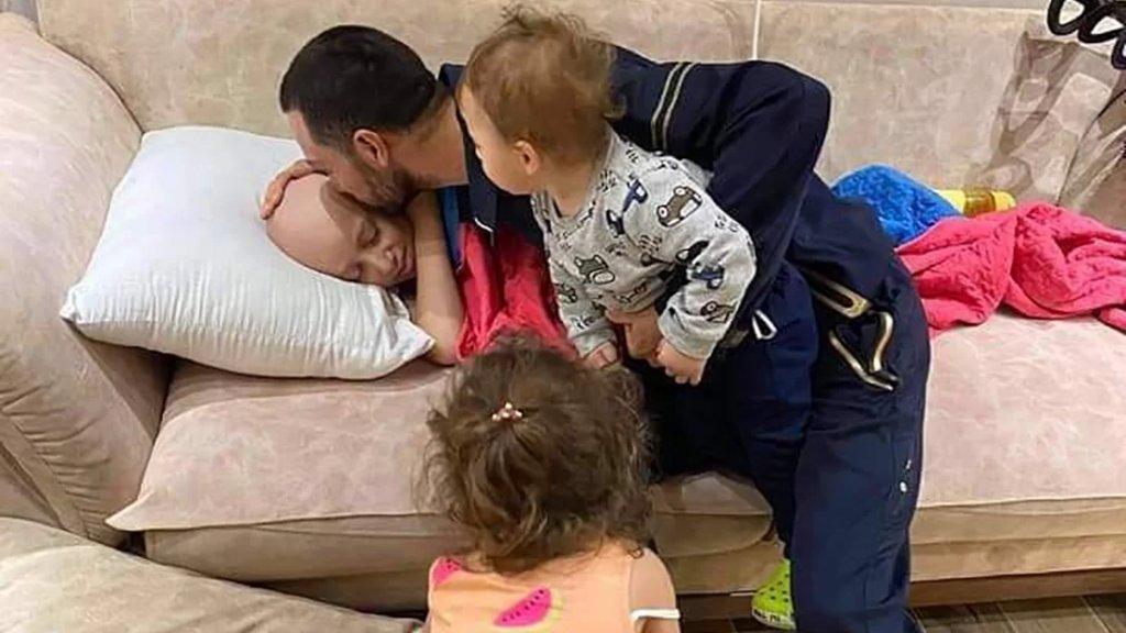 صورة مؤثرة.. فلسطيني يودّع طفله المصاب بالسرطان قبيل اعتقاله