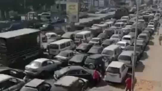 """بالفيديو/ مشهد """"مرعب"""" لطوابير السيارات على طريق المطار أمام محطة """"الأيتام"""" والاخيرة تناشد الأجهزة والقوى الأمنية التدخل"""