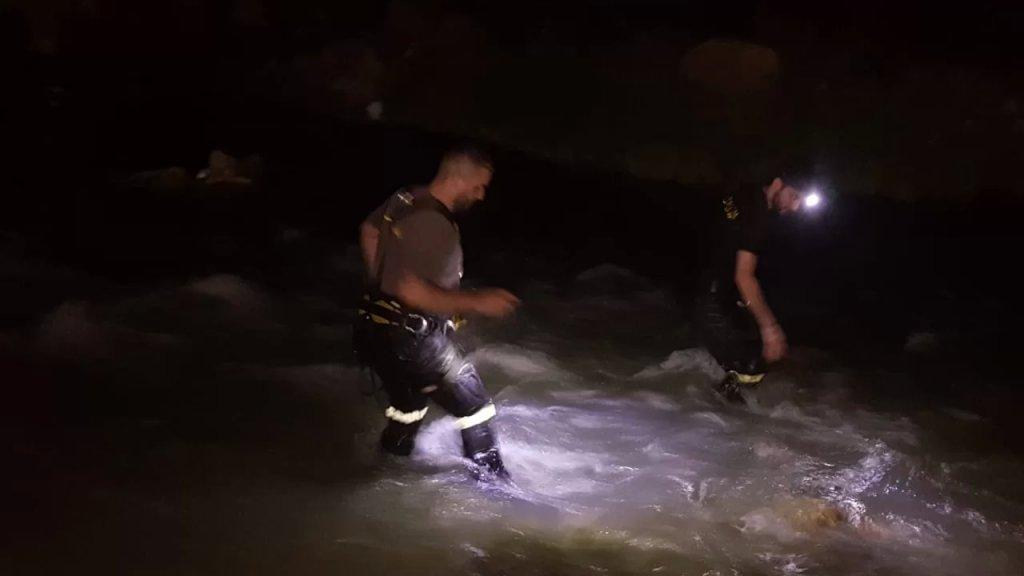 بالصور/ الدفاع المدني يعمل على البحث عن فتاة في العشرين من العمر فقدت عند مجرى نهر القعقعية - النبطية