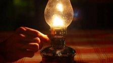 على ضوء الشموع والقناديل.. بلدات عكارية محرومة من الكهرباء منذ 23 يومًا بسبب سرقة الأسلاك أربع مرات