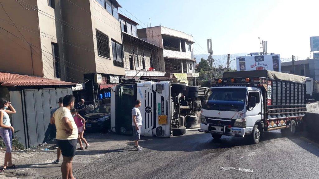 بالصور/ إنقلاب شاحنة عند مفترق الكحالة..اقتصرت الأضرار على الماديات