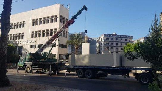 """بالفيديو/ مصرف لبنان في صيدا """"يحصّن"""" مبناه ببلوكات اسمنتية"""
