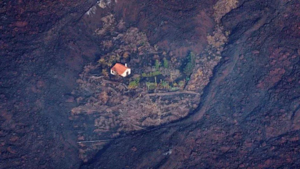 """""""المنزل المعجزة"""" في جزيرة لا بالما الإسبانية... أحاطت به أنهار من الحمم البركانية من كل جانب ولم يصبه أذى!"""