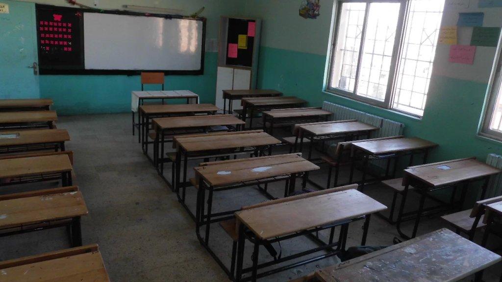 """في إحدى المدارس البقاعية.. معلّمة """"مكورنة"""" تصول وتجول بين الطلاب من دون كمامة ولا رقابة!"""
