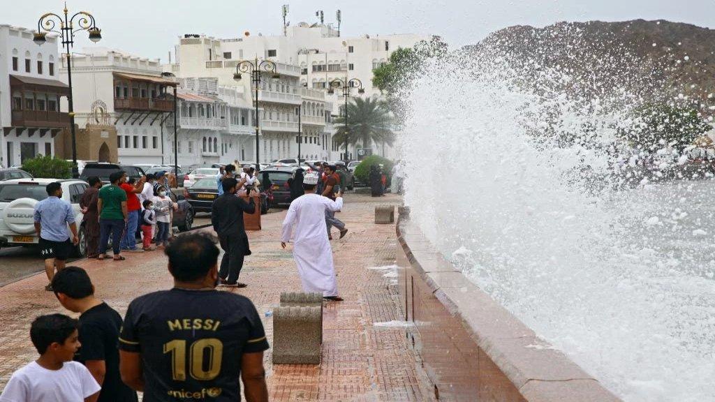 بالفيديو/ العاصفة شاهين تتحوّل لإعصار.. سلطنة عمان تحث المواطنين على مغادرة منازلهم!