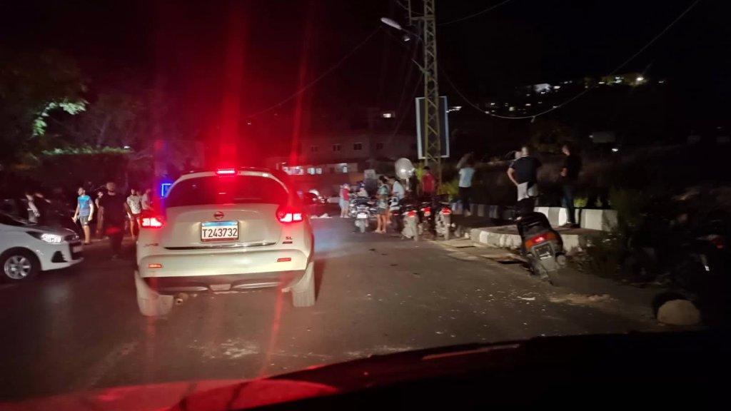 شبان يقطعون طريق عام العباسية أمام مبنى البلدية