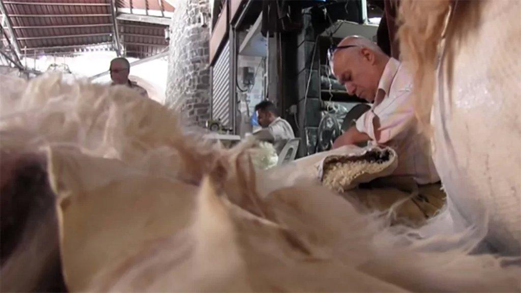 """بالفيديو/ """"الفرواتي"""" مهنة مهددة بالإنقراض.. عن أبو عمّار السوري الذي ورث تحويل جلد الخراف إلى لباس شعبي"""