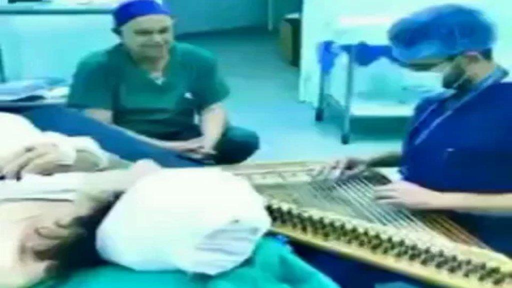 """بالفيديو/ الجرّاح اللبناني """"عمر الأعور"""" يعزف لمريضته على القانون بعد عملية جراحية"""