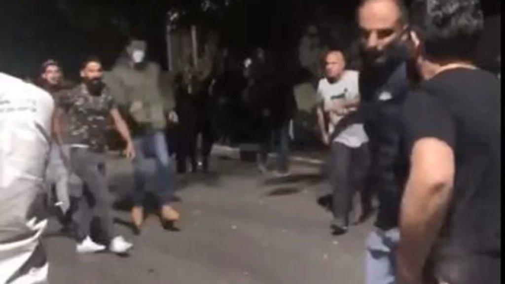 بالفيديو/ وقفة احتجاجية أمام منزل رئيس جمعية المصارف سليم صفير ليلاً.. وتعرض مجموعة من المحتجين للإعتداء والضرب من قبل الحراس!
