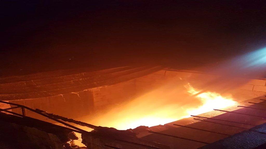 بالفيديو/ حريق شب في اربعة براميل مازوت مخزنة داخل غرفة في احدى البساتين في العباسية