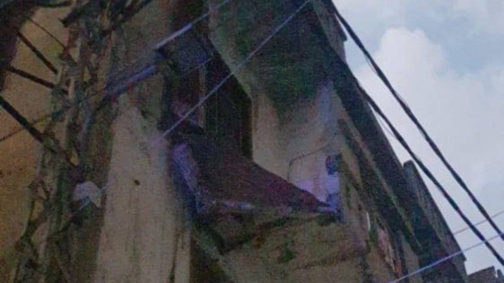 بالصور/ اصابة 3 اشخاص جراء انهيار شرفة منزل قديم في منطقة القبة بطرابلس