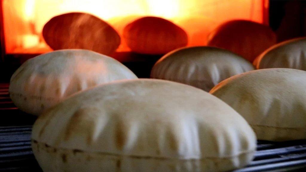 ارتفاع كبير في سعر ربطة الخبز..  الربطة الكبيرة في الفرن بـ 6500 ليرة وفي المتجر بـ7000 ليرة والربطة الصغيرة في الفرن بـ4500 ليرة وفي المتجر بـ5000 ليرة