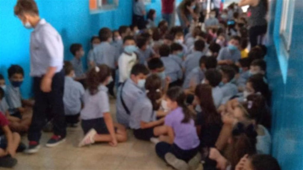 بالصور/ حالة من الرعب لدى الأطفال في إحدى المدارس في فرن الشباك بعد إطلاق النار الكثيف