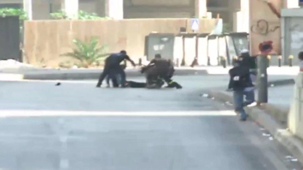 بالفيديو/ إصابة أحد الاشخاص بإطلاق النار وسقوطه أرضاً وسط  الطريق عند مستديرة الطيونة
