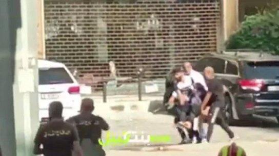 بالفيديو/ اجلاء مسنة تحت زخات الرصاص وعمليات قنص قرب عين الرمانة