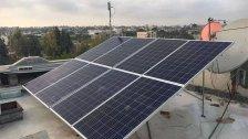 في ظل انقطاع الكهرباء.. بلدة تجهز مبنى بالطاقة الشمسية لمن يستخدم ماكينة أوكسجين أو غيره