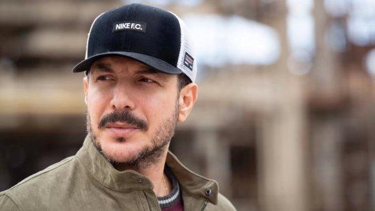 """الممثل باسل خياط في حديث مؤثر: """"كان عندي بسطة بيع عليها صبّار وحلاوة بسميد.. ومرة جبت شناتي من سوق الخجا وصرت دق ع البيوت لبيعها"""""""