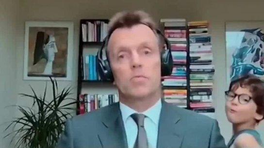 بالفيديو/ طفل اقتحم مقابلة والده على شاشة قناة بلومبرغ خلال بث مباشر بينما كان الأب يتحدث في شأن اقتصادي!